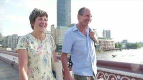 Pares superiores ativos que andam em Londres vídeos de arquivo