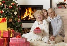 Pares superiores com a neta que aprecia o Natal Imagem de Stock Royalty Free