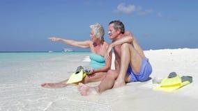 Pares superiores com os tubos de respiração que apreciam o feriado da praia Imagens de Stock