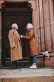 Pares superiores de amor que guardam as mãos na rua fotografia de stock