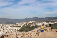 Pares superiores do turista que apreciam a vista de Gibralfaro em Malaga Fotos de Stock Royalty Free