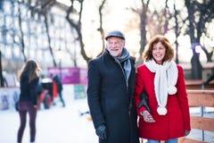 Pares superiores em uma caminhada em uma cidade no inverno fotografia de stock royalty free