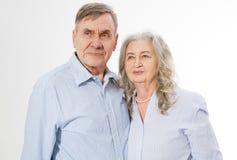Pares superiores felizes da família isolados no fundo branco Fim acima da mulher e do homem do retrato com cara enrugada Avós ido fotos de stock