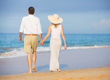 Pares superiores felizes na praia. Aposentadoria Res tropical luxuoso Fotografia de Stock Royalty Free