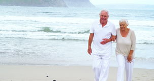 Pares superiores felizes que andam na praia filme