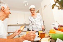 Pares superiores felizes que comem o café da manhã imagem de stock royalty free