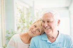Pares superiores felizes que sorriem em casa fotografia de stock