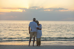 Pares superiores na praia tropical do por do sol Foto de Stock Royalty Free