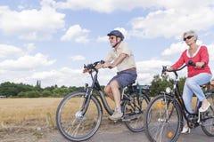 Pares superiores na viagem da bicicleta do verão fotografia de stock