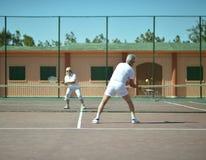 Pares superiores no campo de tênis foto de stock royalty free
