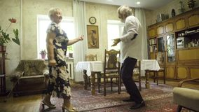 Pares superiores positivos que dançam em casa video estoque