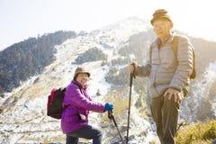 pares superiores que caminham na montanha foto de stock royalty free