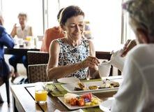 Pares superiores que comem o café da manhã em um hotel fotografia de stock royalty free