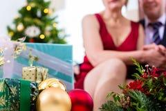 Pares superiores que comemoram a Noite de Natal Fotos de Stock Royalty Free