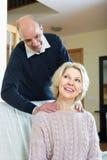 Pares superiores que fazem uma massagem traseira Fotografia de Stock Royalty Free