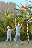 Pares superiores que jogam o basquetebol Imagem de Stock