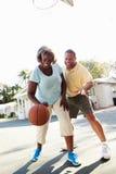 Pares superiores que jogam o basquetebol junto Fotografia de Stock