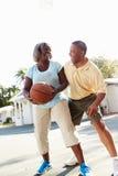 Pares superiores que jogam o basquetebol junto Fotografia de Stock Royalty Free