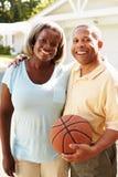 Pares superiores que jogam o basquetebol junto Imagem de Stock