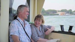 Pares superiores que relaxam na viagem do barco vídeos de arquivo
