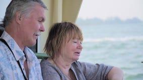 Pares superiores que relaxam na viagem do barco video estoque