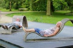 Pares superiores que relaxam no parque imagens de stock royalty free
