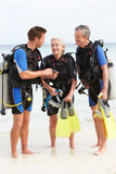 Pares superiores que têm a lição do mergulho autônomo com instrutor Foto de Stock Royalty Free