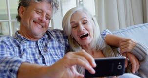 Pares superiores que tomam o selfie no sofá 4k video estoque