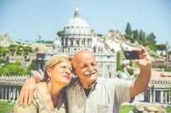 Pares superiores que tomam um selfie fotografia de stock