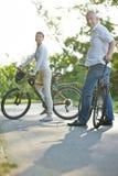 Pares superiores que tomam a viagem da bicicleta no verão Fotografia de Stock