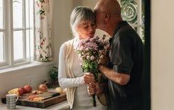 Pares superiores românticos em casa que expressam seu amor fotografia de stock royalty free