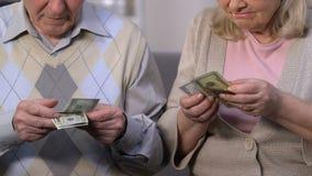 Pares superiores tristes que contam dólares, reforma da pensão, garantias sociais para velho video estoque
