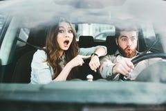 Pares surpreendidos no carro Fotos de Stock Royalty Free