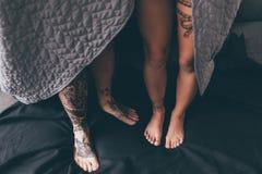 Pares Tattooed cobertos na cobertura Fotografia de Stock Royalty Free