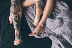 Pares Tattooed na cama Fotografia de Stock