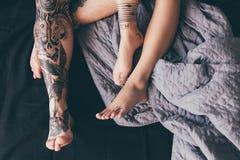 Pares tatuados en cama Fotografía de archivo