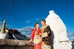 Pares tibetanos no traje tradicional Imagem de Stock Royalty Free