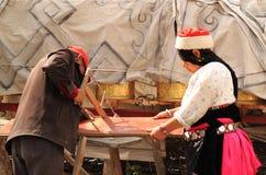 Pares tibetanos que trabajan junto Imágenes de archivo libres de regalías