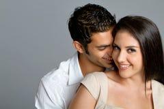 Pares étnicos jovenes en amor Foto de archivo