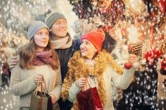 Pares tranquilos de la familia con la muchacha adolescente que elige la decoración de la Navidad Foto de archivo libre de regalías