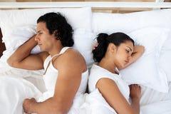 Pares trastornados en la cama que duerme por separado Imagen de archivo libre de regalías