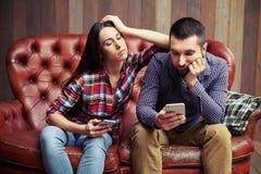 Pares tristes que sentam-se no sofá Foto de Stock