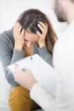 Pares tristes y deprimidos de la psicoterapia Fotografía de archivo libre de regalías