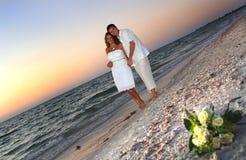 Pares tropicales de la boda de playa imagenes de archivo
