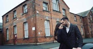 Pares turísticos atractivos jovenes que abrazan y que se besan en una ciudad romántica del destino, gozándose compañía y almacen de video