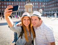 Pares turísticos de los amigos hermosos que visitan Europa en el intercambio de los estudiantes de los días de fiesta que toma la foto de archivo libre de regalías