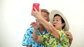 Pares turísticos mayores asiáticos video que toman un selfie el vacaciones del día de fiesta almacen de video