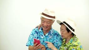 Pares turísticos mayores asiáticos video que toman un selfie el vacaciones del día de fiesta metrajes