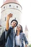 Pares turísticos preciosos que toman un selfie Fotos de archivo