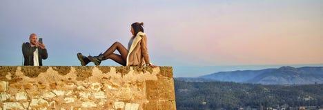 Pares turísticos que toman la foto en el precipicio del castillo en España de Caravaca foto de archivo